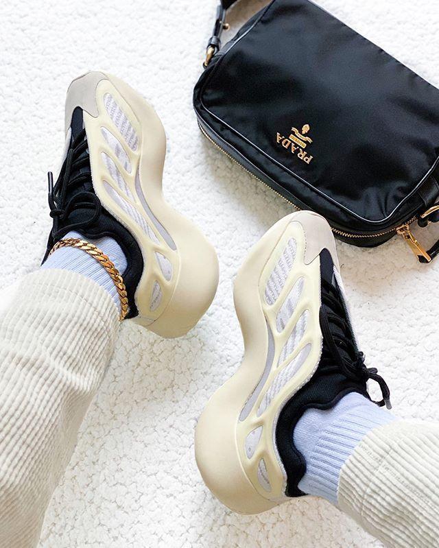Женские кроссовки Adidas Yeezy Boost 700 V3 в стиле Адидас Изи Буст Белые (Реплика ААА+)