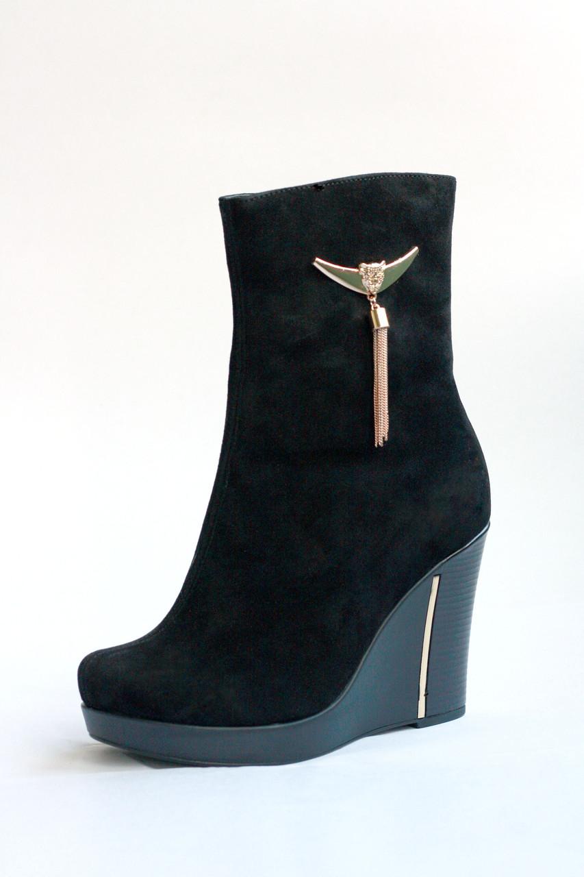 Женские ботинки из натуральной черной замши на танкетке