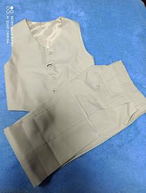 Костюм бежевого цвета нарядный модный для мальчика. В комплекте брюки и жилет. Размеры 128.134 .