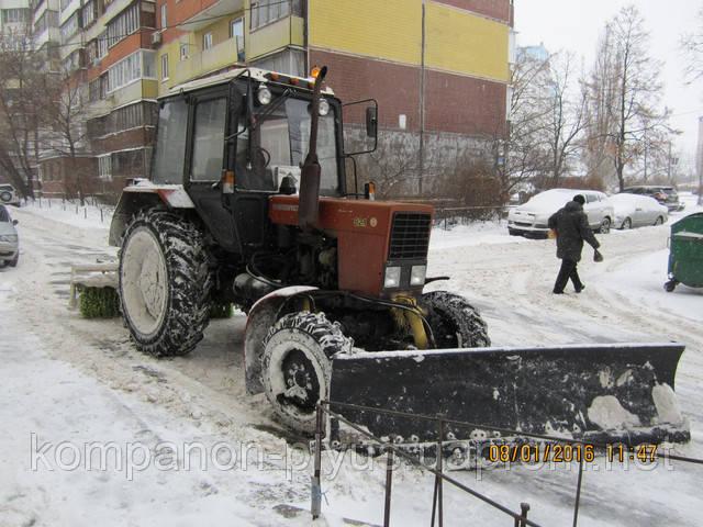 Уборка снега трактором со щеткой в Киеве