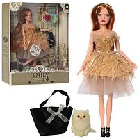 Шарнирная кукла Emily Fashion Classics в пышном платье с перьями, с длинными темными волосами и питомцем