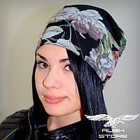 Женская шапка с цветочным принтом