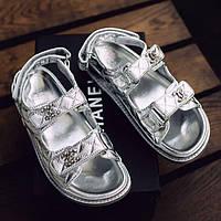 Модні жіночі шкіряні босоніжки Chanel сріблясті | Літні відкриті брендові сандалі Шанель