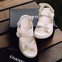 Модні жіночі шкіряні босоніжки Chanel бежеві | Літні відкриті брендові сандалі Шанель