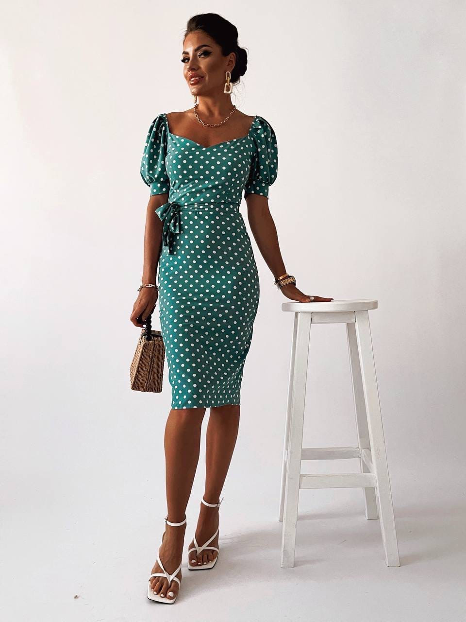 Лаконичное платье длиною до колен в мелкий горох, короткий рукав
