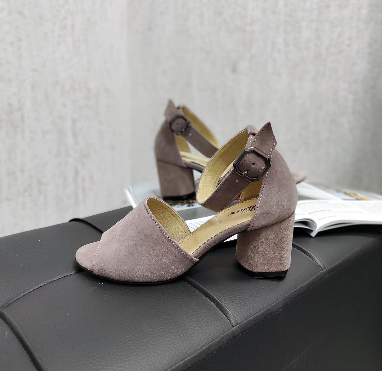 Классические замшевые босоножки на каблуке