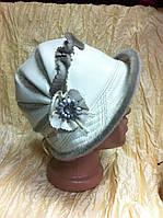 Красивая белая шапочка с отворотом украшение из серой нерпы