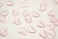 Декор сердечки маленькие розового цвета.