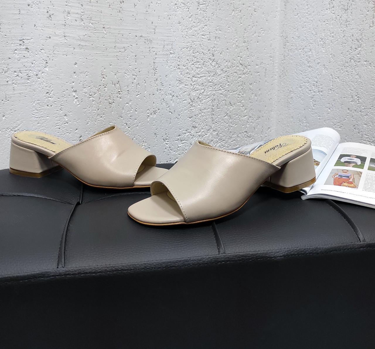 Кожаные сабо на каблуке бежевого цвета