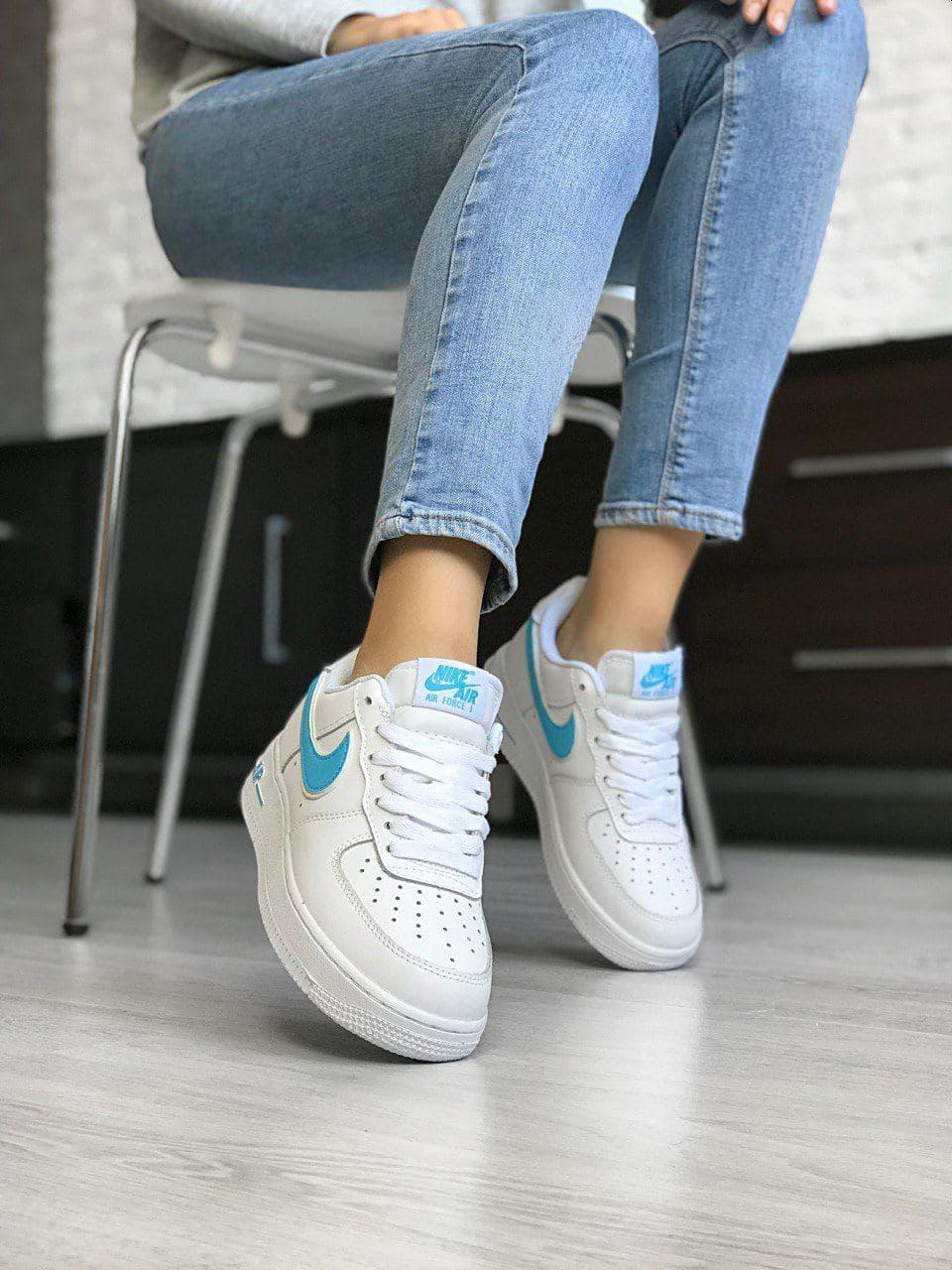 Кроссовки женские Nike Air Force.Стильные кроссовки белого цвета с голубыми вставками.