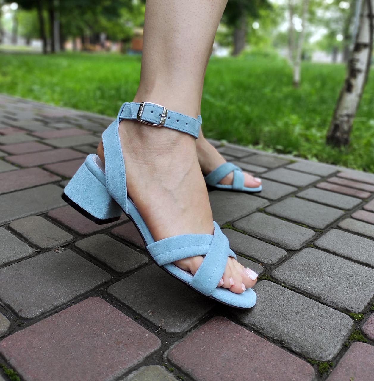 Замшевые голубые босоножки на низком каблуке