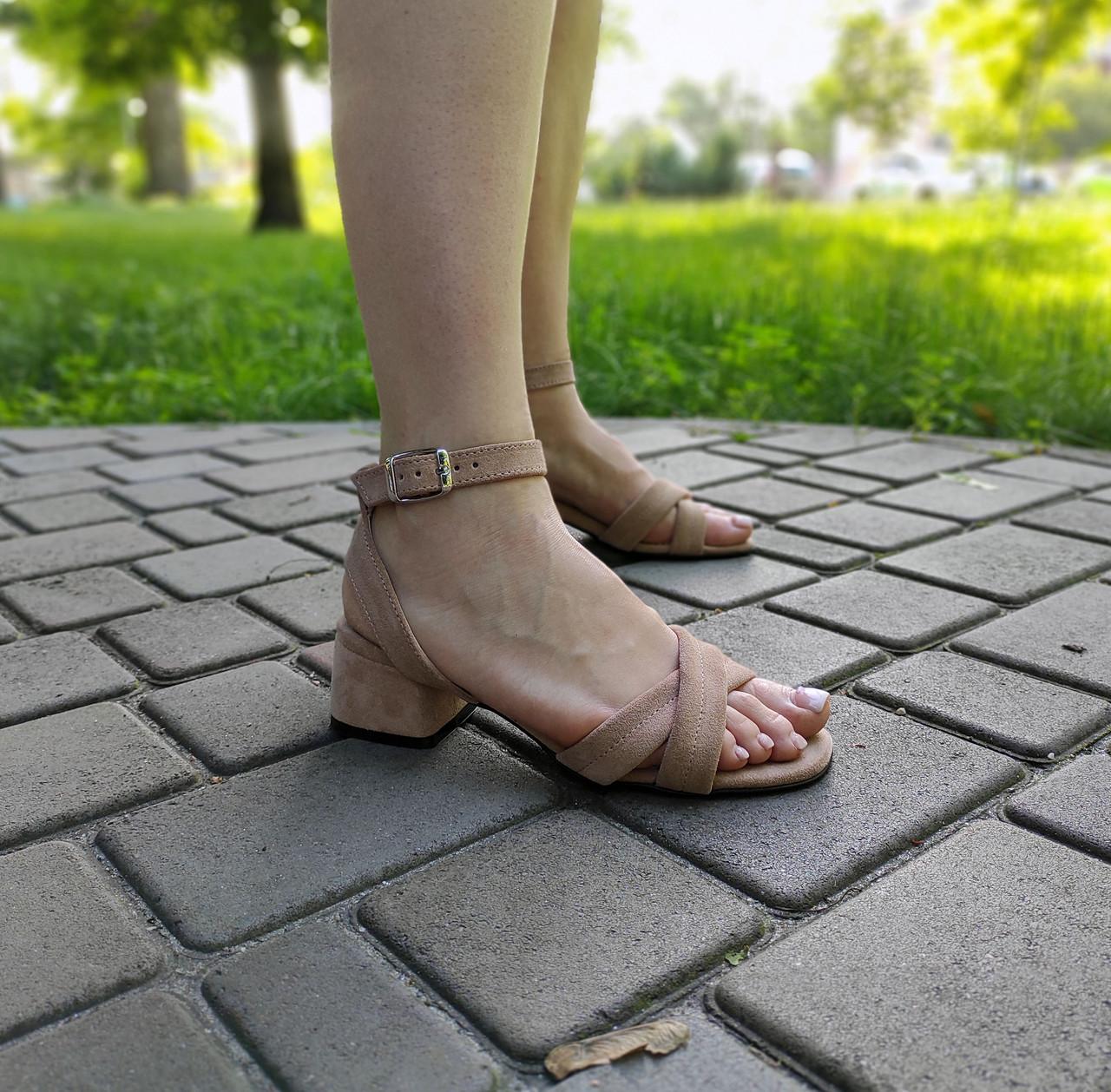 Замшевые босоножки бежевого цвета на низком каблуке
