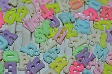 Пластикові підвіски у вигляді букв та фігурок
