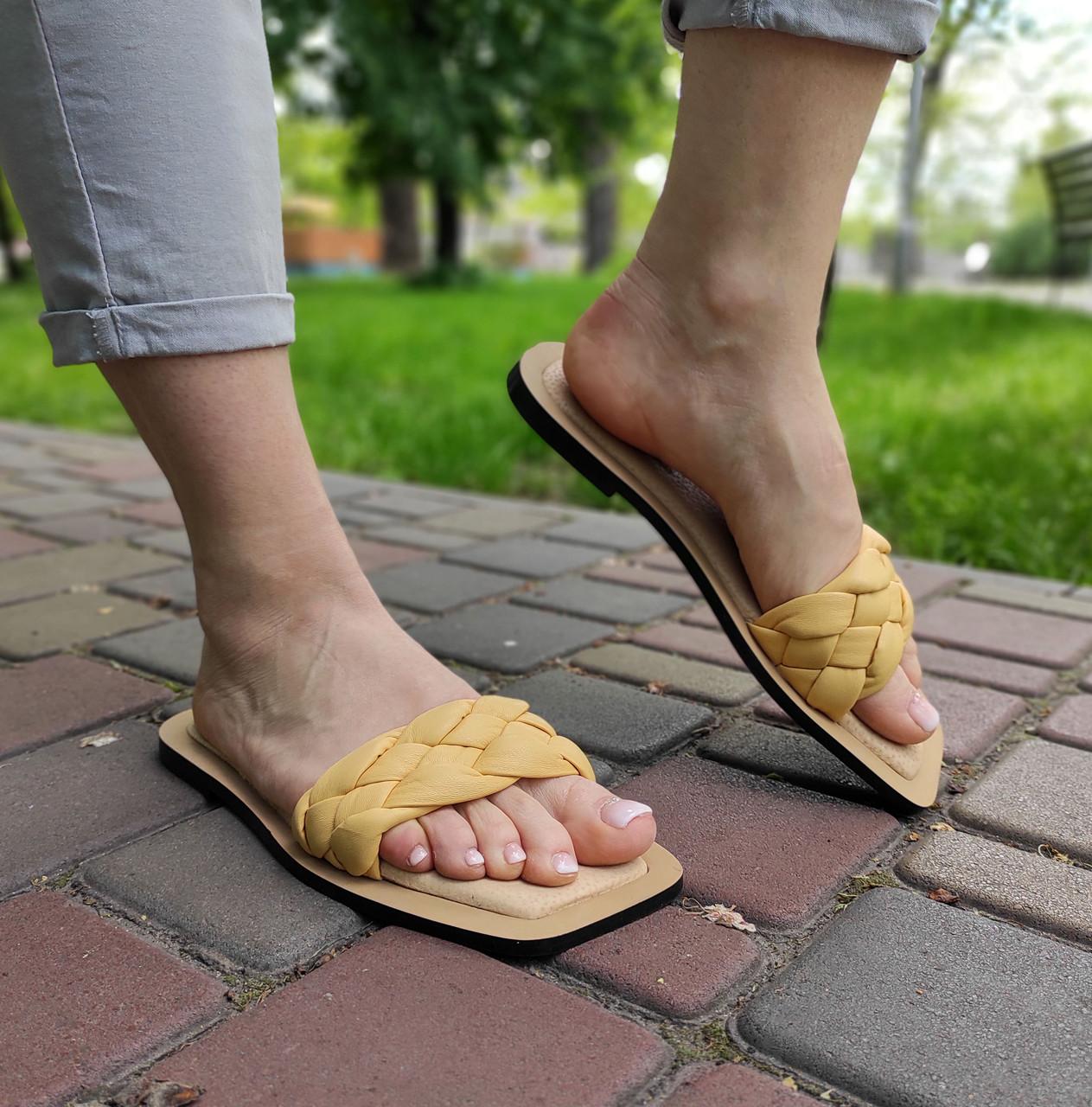 Стильні жіночі шльопанці жовтого кольору на низькому ходу