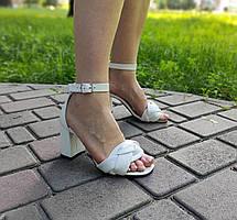 Белые кожаные босоножки на высоком каблуке