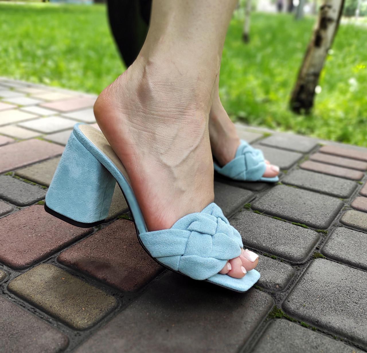 Замшевые голубые шлепанцы на каблуке