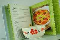 Белая салатница с красными цветами.