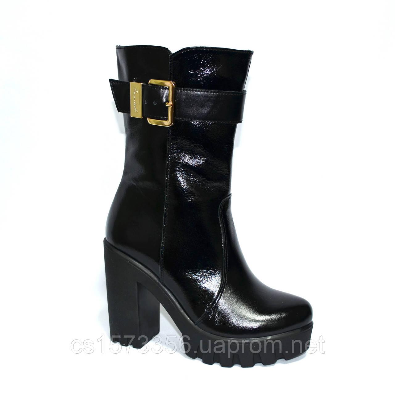 Женские лаковые ботинки демисезонные на тракторной подошве, декорированы ремешком.