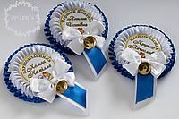 Сине-белый значок первоклассник с бантиком с именем и фамилией