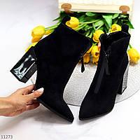 Черные замшевые женские ботинки ботильоны на высоком фигурном каблуке