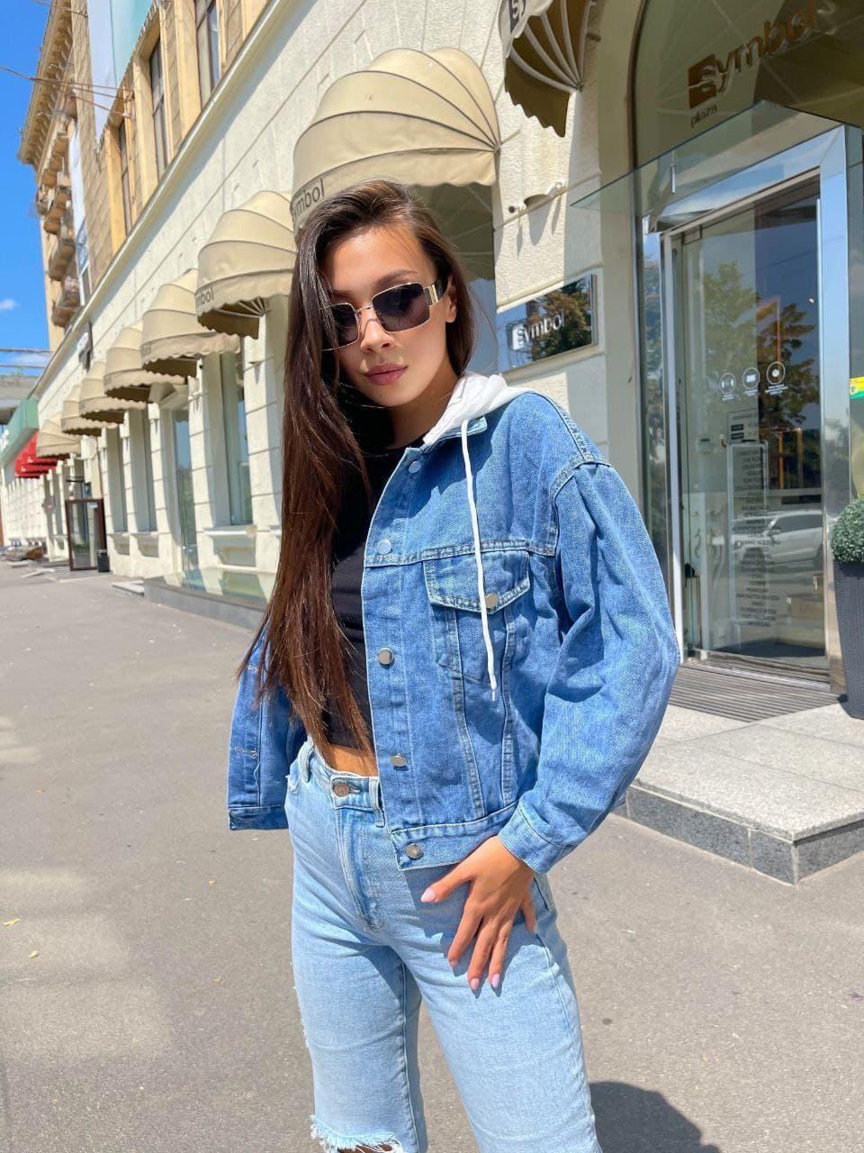 Женская джинсовая куртка с капюшоном из трикотажа и вышевкой