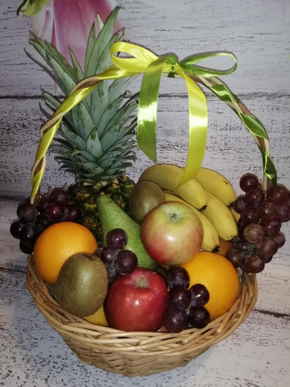 Корзина фруктовая подарочная поздравительная  съедобная с ананасом виноградом  апельсинами грушами бананы киви