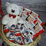 Корзина подарочная поздравительная Няшкаа с киндер-шоколадом и плюшевым мишкой, фото 2