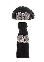Берет и шарф с красивыми меланжевыми серыми цветами.