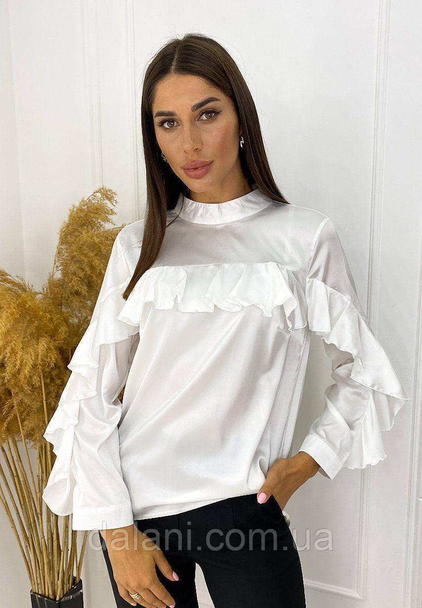 Женская белая атласная блуза с оборками
