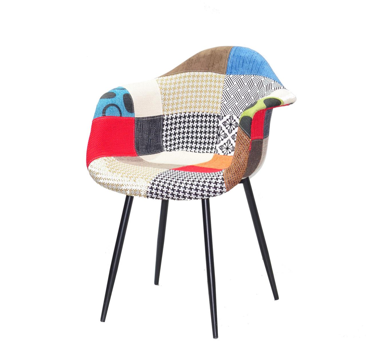 Крісло з підлокітниками на чорних металевих ніжках Leon у тканинній оббивці пэтчворк