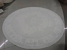 Белый классический ковер на пол с красивым рисунком