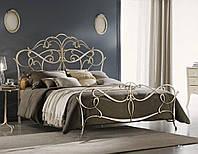 Кованная кровать в интерьере