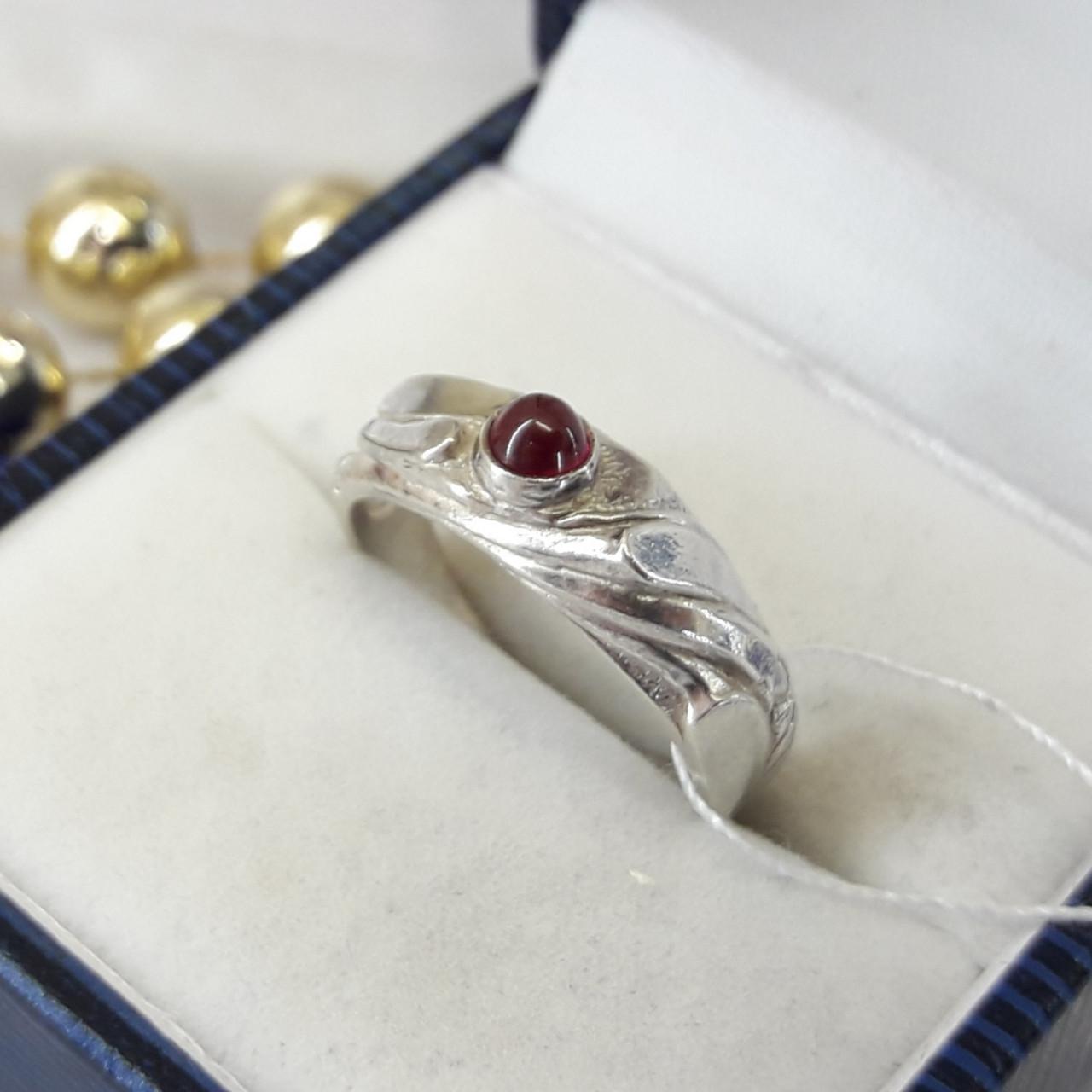 Класичне срібний перстень з червоним каменем