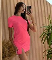 Яскраве літнє плаття-футболка з розрізом на нозі