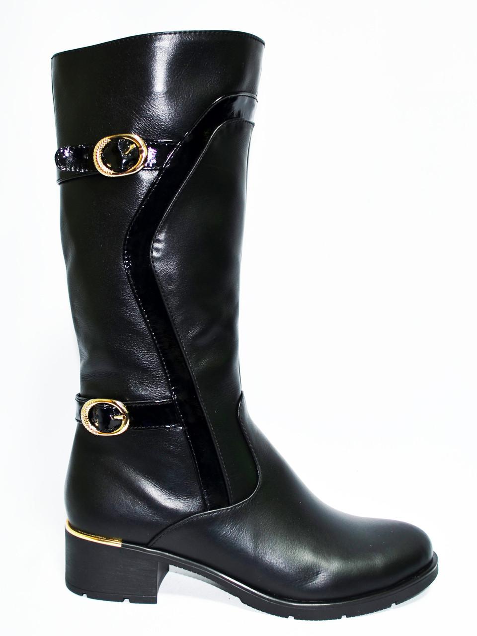 Женские зимние кожаные сапоги на невысоком устойчивом каблуке, декорированы лаковыми ремешками.