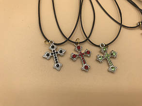 Крестик на нитке с камнями