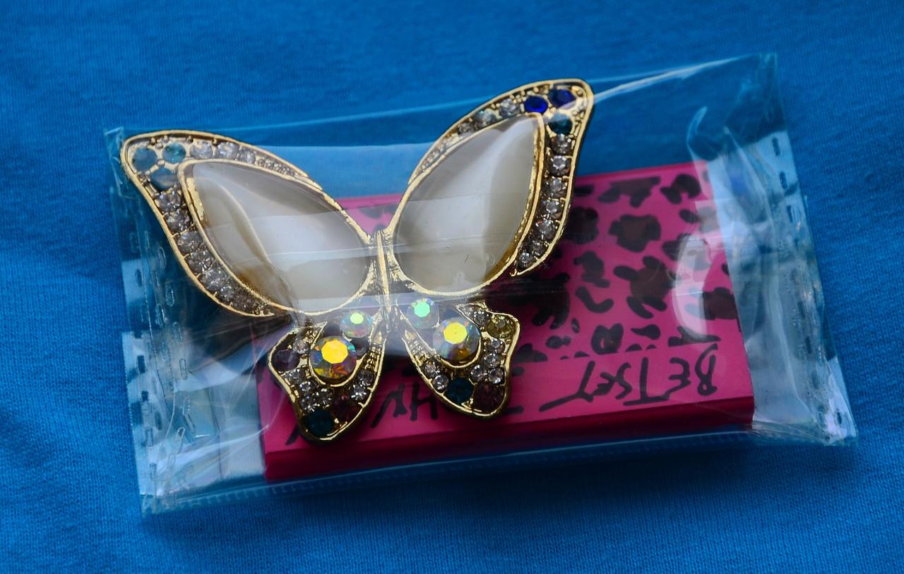Большая красивая брошь в виде бабочки с крыльями в стразах и камнях под золото 082021