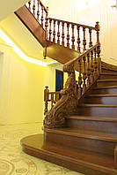 Изысканная деревяная лестница в класическом стиле