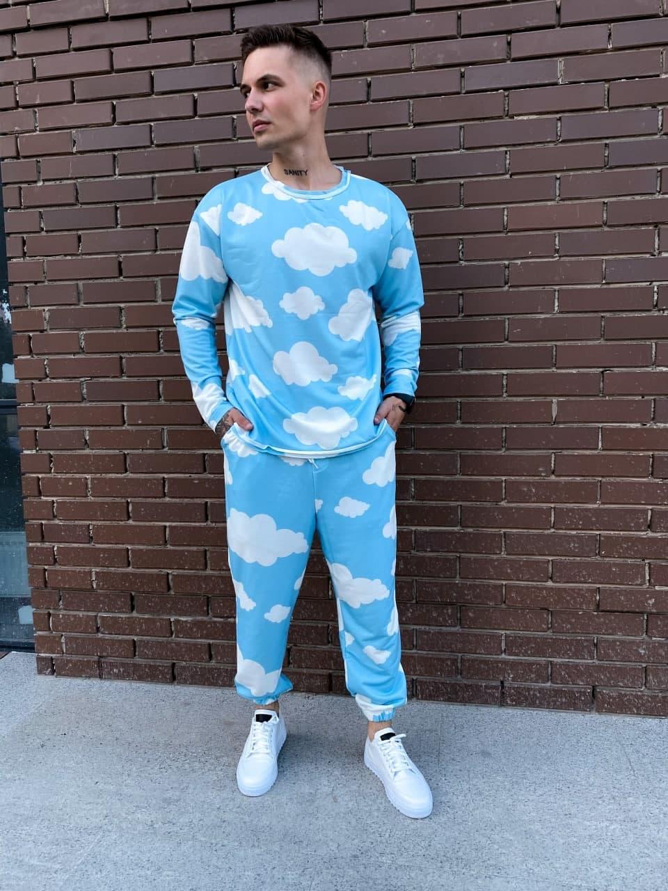 Штаны и свитшот голубого цвета с принтом