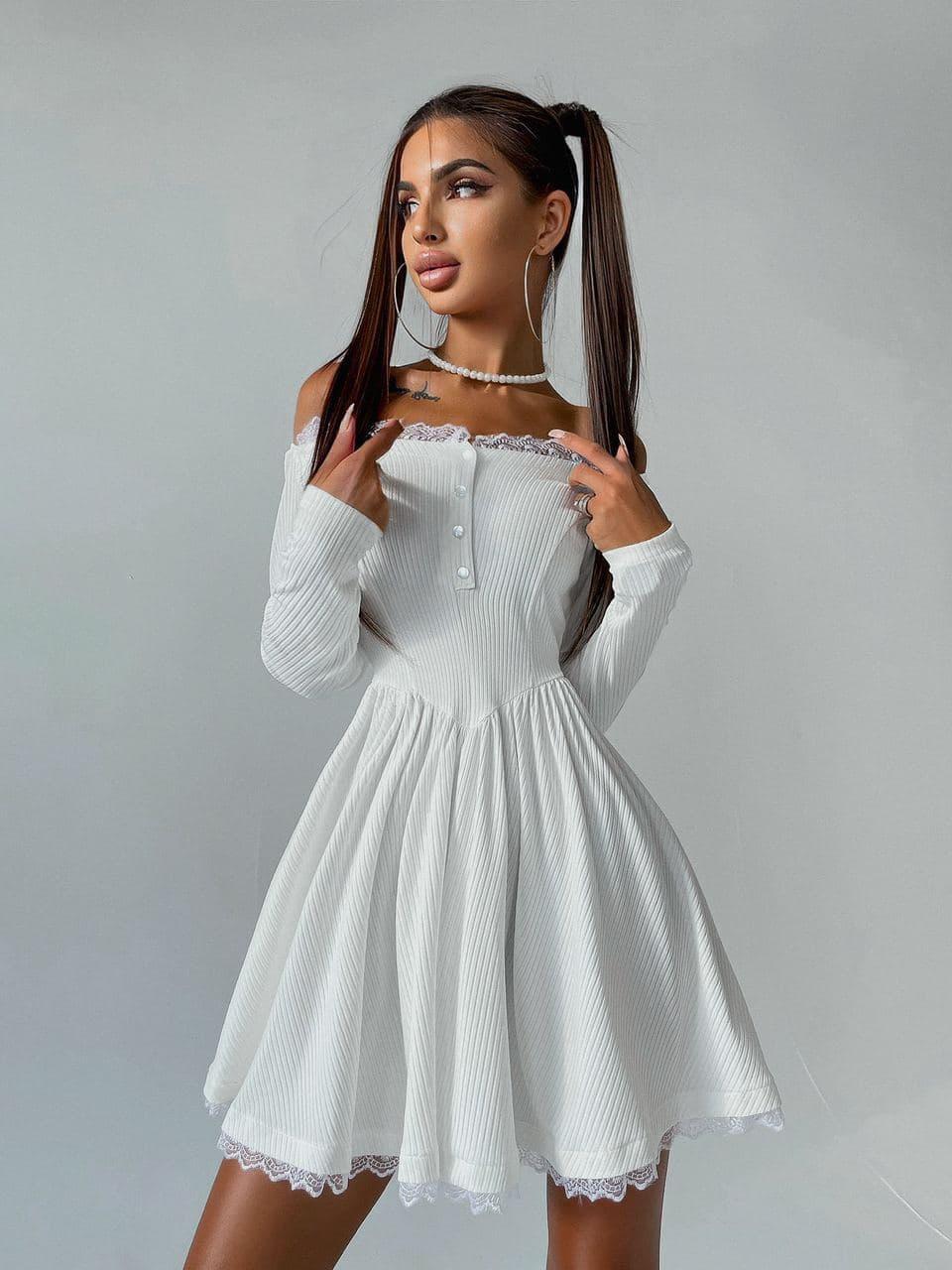 Біле трикотажне плаття з відкритими плечима з мереживом