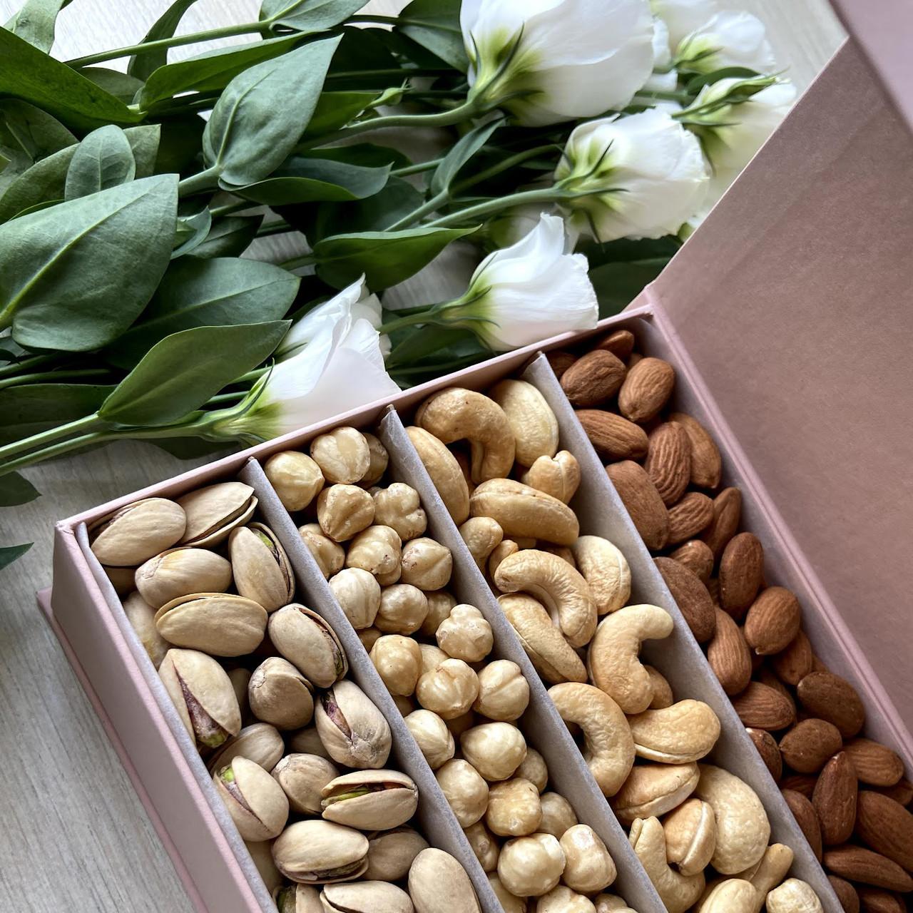 Подарочный набор орехов в прямоугольной коробке на магните