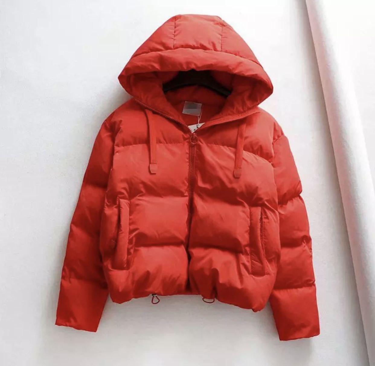 Червона стильна жіноча куртка з плащової тканини з капюшоном