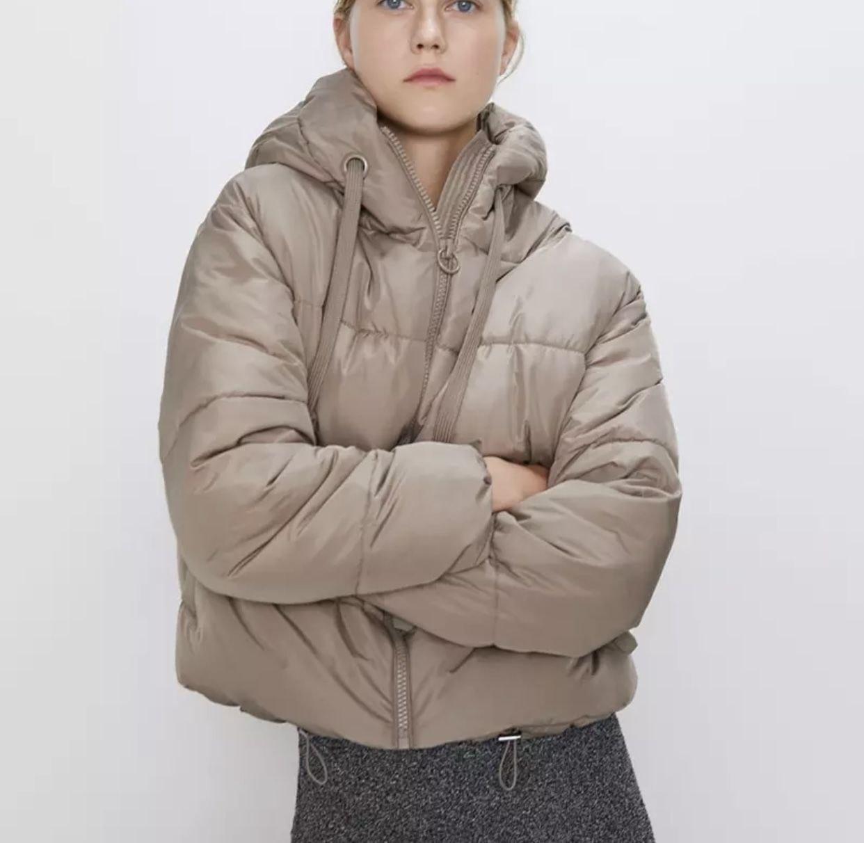 Бежева стильна жіноча куртка з плащової тканини з капюшоном