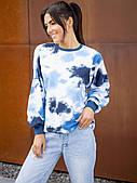 Женский свободный свитшот синего цвета с принтом в стиле Тай-дай. Модель 3292