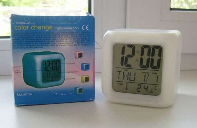 Настольные часы куб хамелеон, термометр, будильник, ночник Размеры часов: 8x8x8см аккумуляторный фонарик,