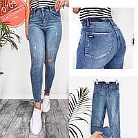 Блакитні джинси жіночі з розрізом на колінах