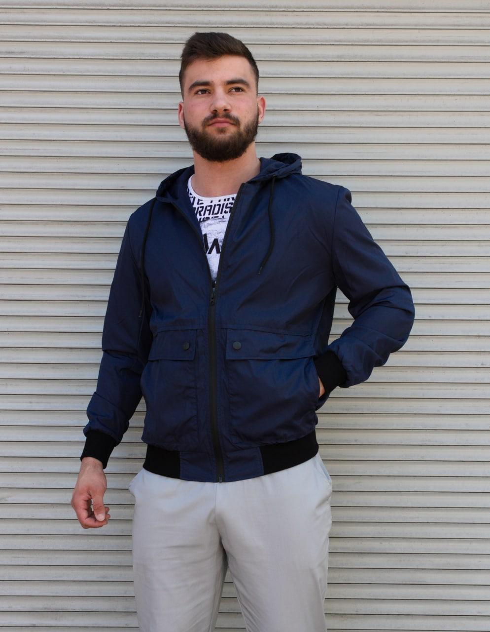 Темно-синя куртка чоловіча з капюшоном з щільної плащової тканини з накладними кишенями | Україна