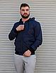 Темно-синя куртка чоловіча з капюшоном з щільної плащової тканини з накладними кишенями | Україна, фото 2