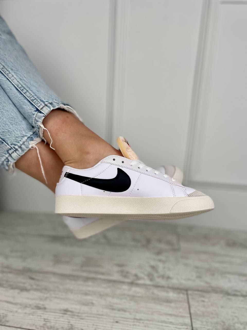Кроссовки женские белые с черным логотипом. Женские стильные кроссовки белые.