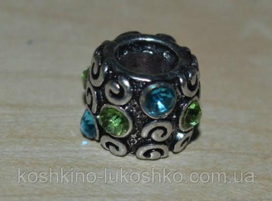 бусина в стиле Пандора с голубыми и зелеными кристаллами